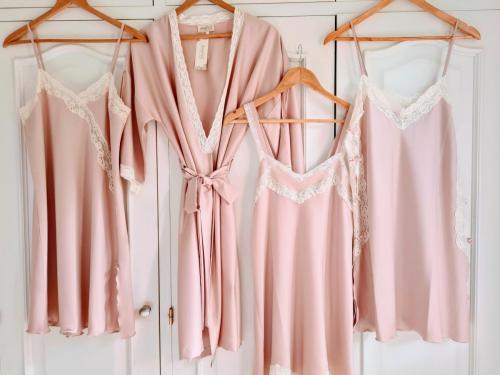Camisones y bata rosa empolvado